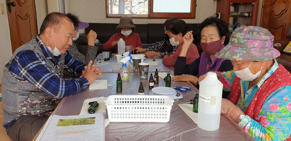 코로나 바이러스로부터 우리를 지키기 위한 소독제 만드는 연기마을 어르신들